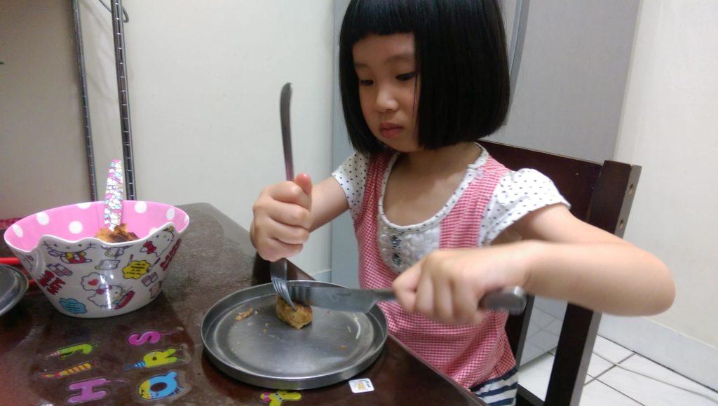 姊姊使用刀叉