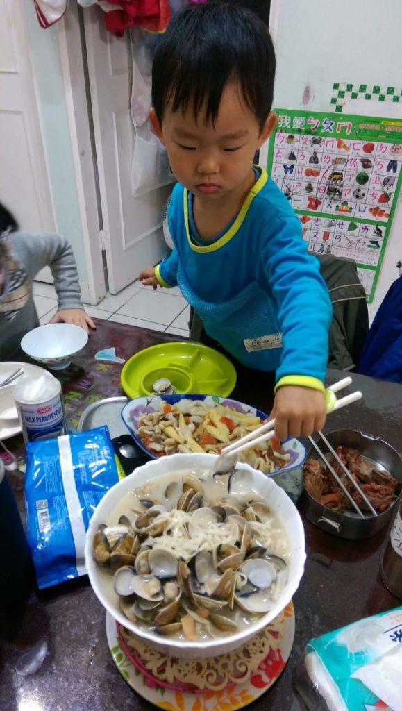 筷子夾貝殼