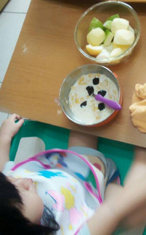早餐好豐盛,好多水果與麥片粥