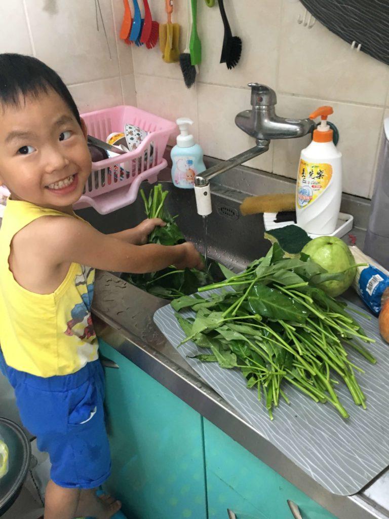伯司幫忙洗菜