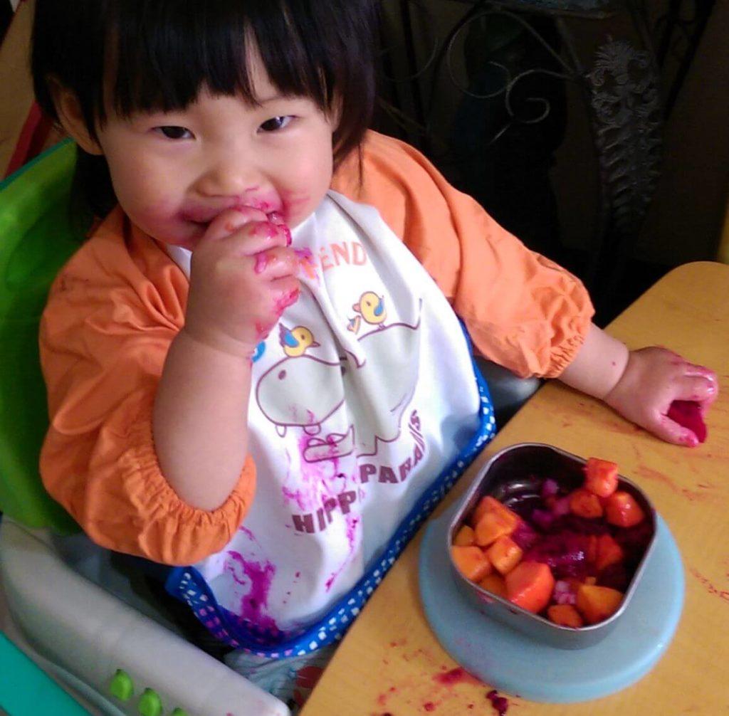 巧思用手吃水果