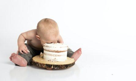 小孩吃蛋糕