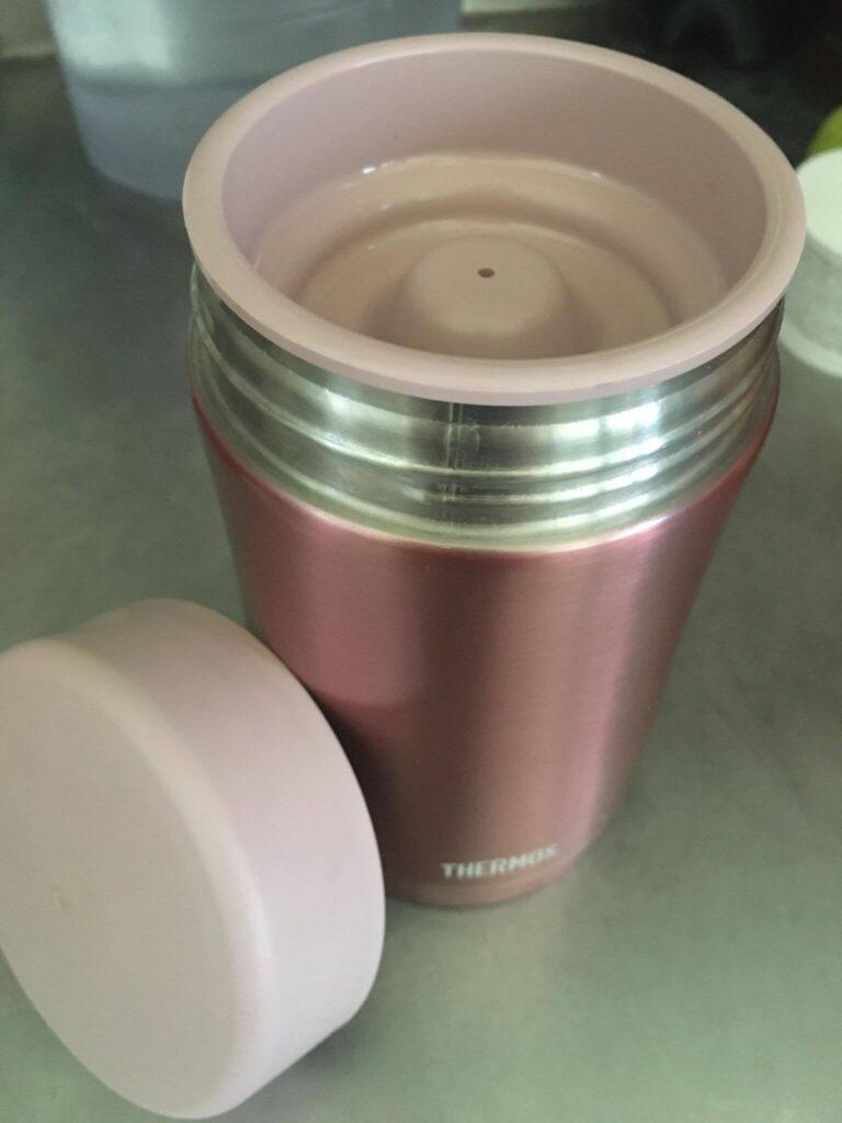 500ML是粉色的,有金屬質感的。它是有雙層蓋子好開蓋的,蓋上內蓋的樣子