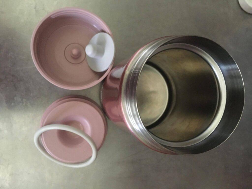 500ML是粉色的,有金屬質感的。它是有雙層蓋子好開蓋的,拆開配件的樣子