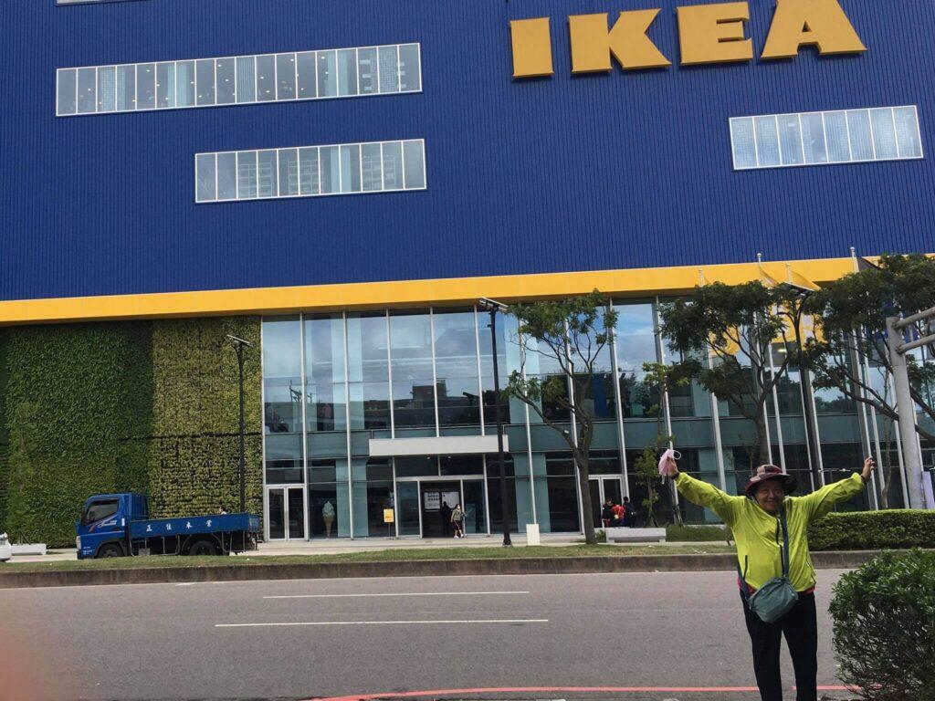 媽媽從來沒有去過IKEA,第一次去就去最新最大的,所以要一起合照