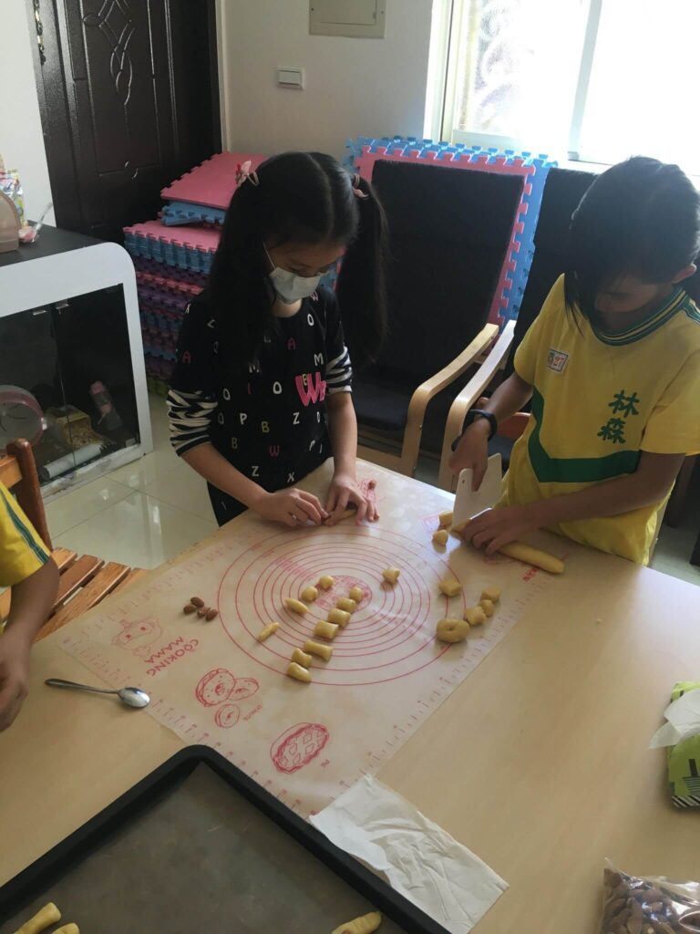 製作手指餅乾的過程