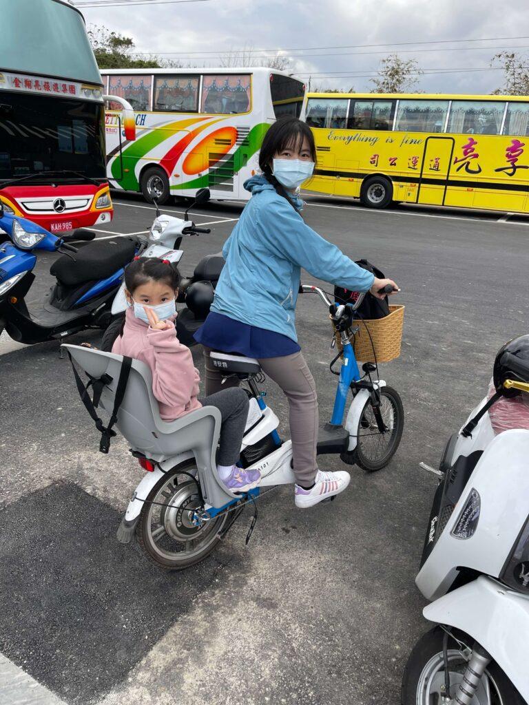 媽媽騎車載姊姊