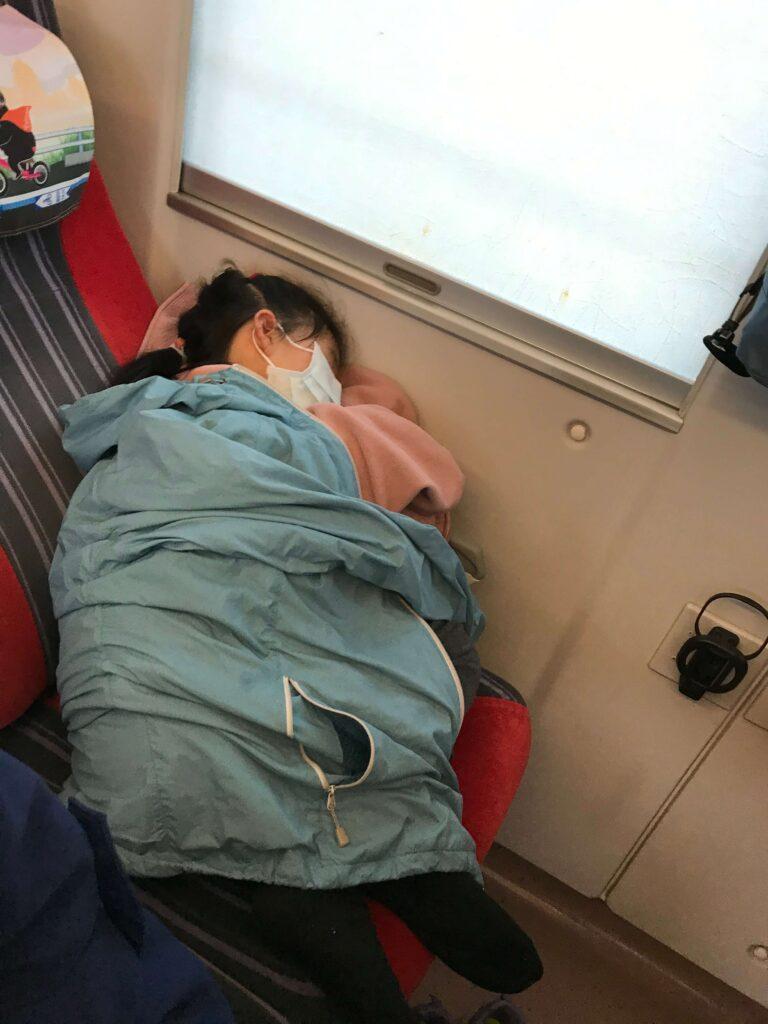 女兒在車上睡著