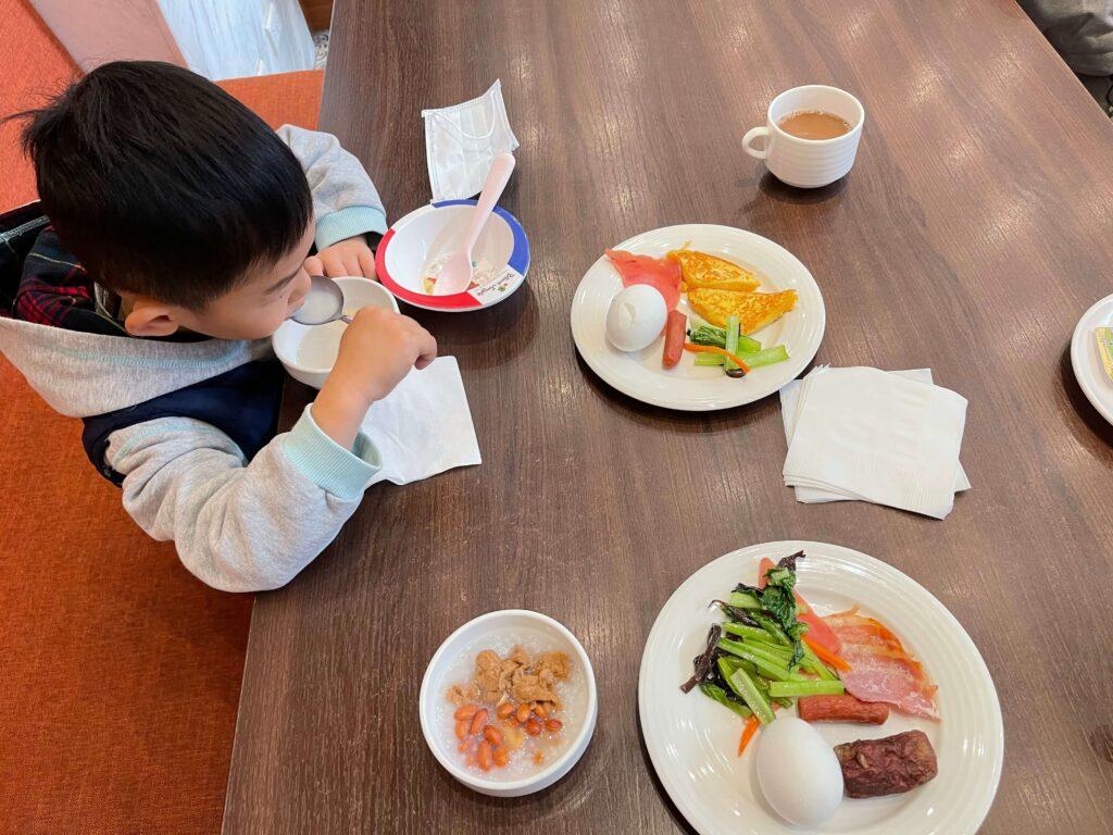 兒子吃豐盛早餐